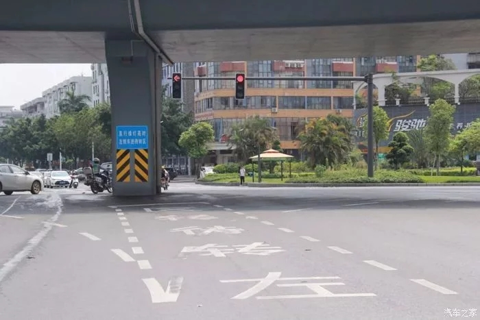 遇到路口更要慢速行驶,注意信号灯的同时,不要忘记观察,路边的道路标志