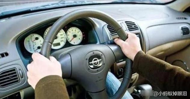 油门突然卡死怎么办?猛踩刹车是没用的,记得这个方法就不会出事